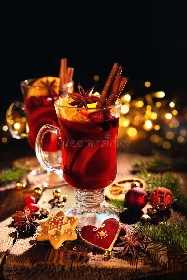 圣诞节仔细考虑了红葡萄酒用香料和果子在木鲁斯 免版税图库摄影