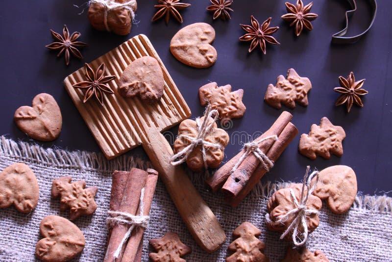 圣诞节假日背景 与欢乐装饰的圣诞节曲奇饼 免版税图库摄影