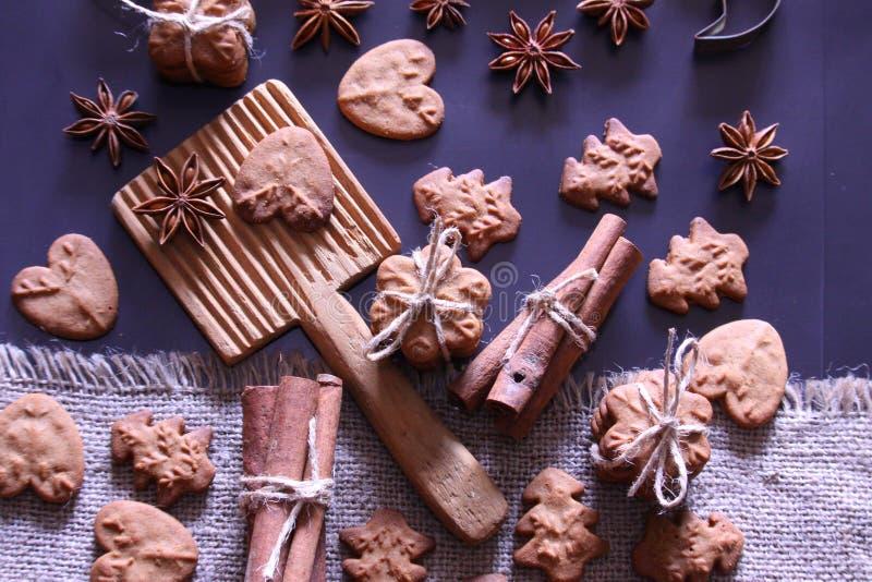 圣诞节假日背景 与欢乐装饰的圣诞节曲奇饼 免版税库存照片