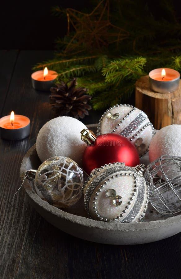 圣诞节假日装饰和装饰品在具体碗有云杉的,蜡烛 新年和Xmas卡片背景 免版税图库摄影