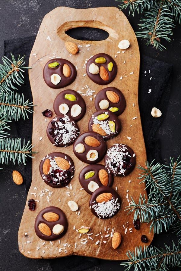 圣诞节假日顶视图的Mendiant传统法国巧克力糖 与坚果和干果子的自创点心 Xmas食物 免版税库存图片