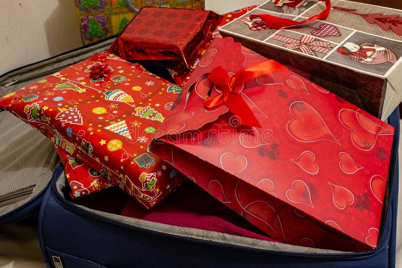 圣诞节假期手提箱,有很多礼物 免版税库存图片