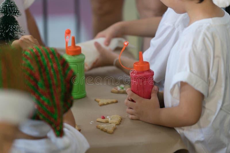 圣诞节做厨师的孩子曲奇饼和装饰 免版税图库摄影