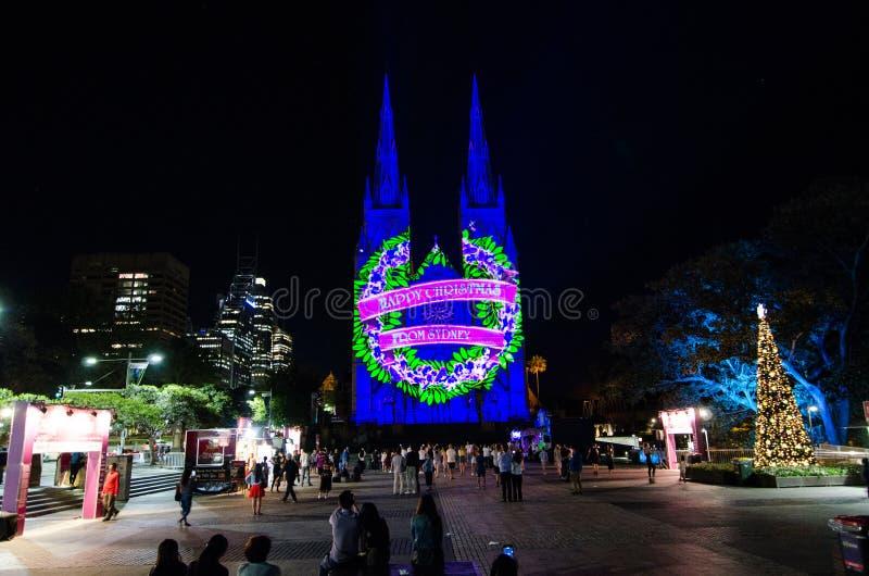 圣诞节光是年会由在圣玛丽` s大教堂教会的投射照明设备讲我们关于耶稣的故事 图库摄影