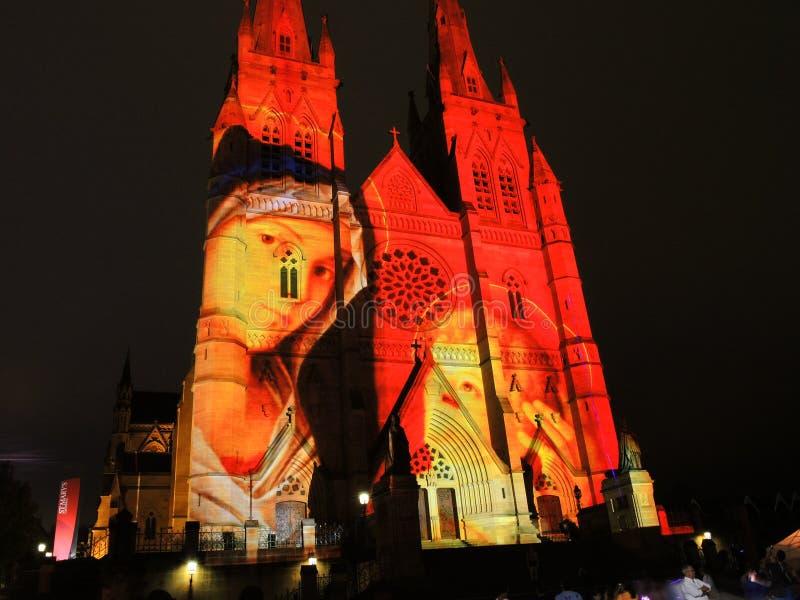 圣诞节光是年会由在圣玛丽` s大教堂教会的投射照明设备讲我们关于耶稣的故事 库存图片