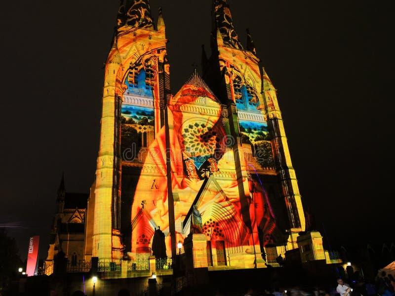 圣诞节光是年会由在圣玛丽` s大教堂教会的投射照明设备讲我们关于耶稣的故事 免版税库存照片