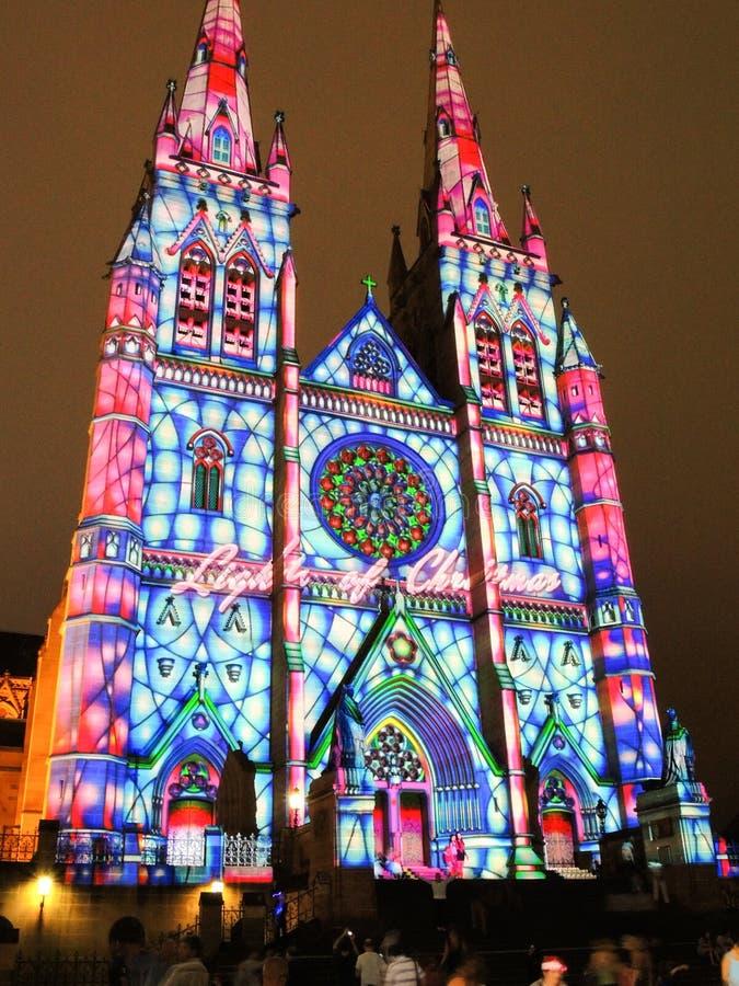 圣诞节光是年会由在圣玛丽` s大教堂教会的投射照明设备讲我们关于耶稣的故事 免版税库存图片