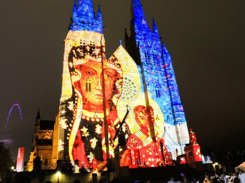 圣诞节光是年会由在圣玛丽` s大教堂教会的投射照明设备讲我们关于耶稣的故事 库存照片