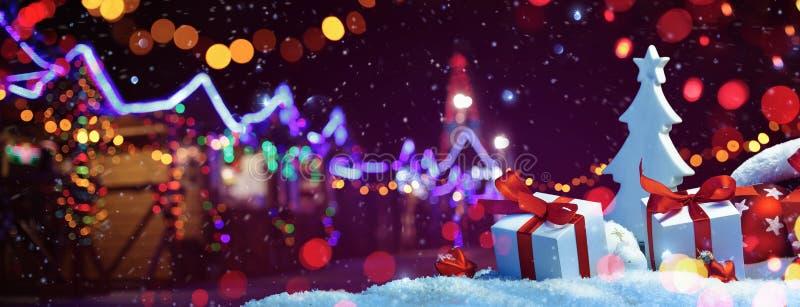 圣诞节公平与街道欢乐光 节假日概念 免版税库存图片