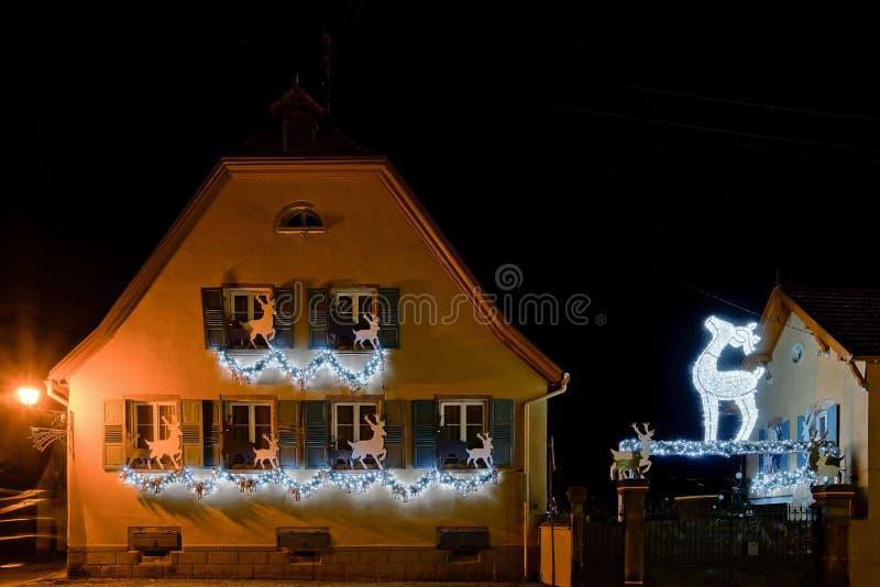 圣诞节典型的法国房子的照明和装饰 库存照片