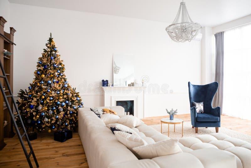 圣诞节内部,有壁炉的客厅 免版税库存图片