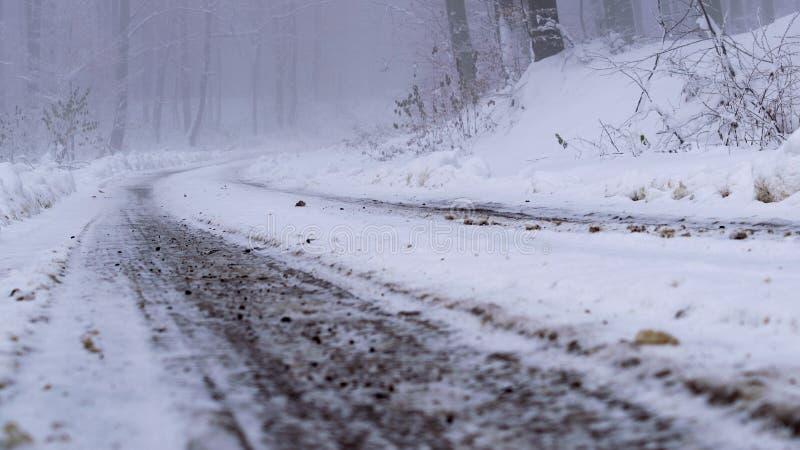 圣诞节冬天在山路的雪和松树盖的风景云杉 库存图片