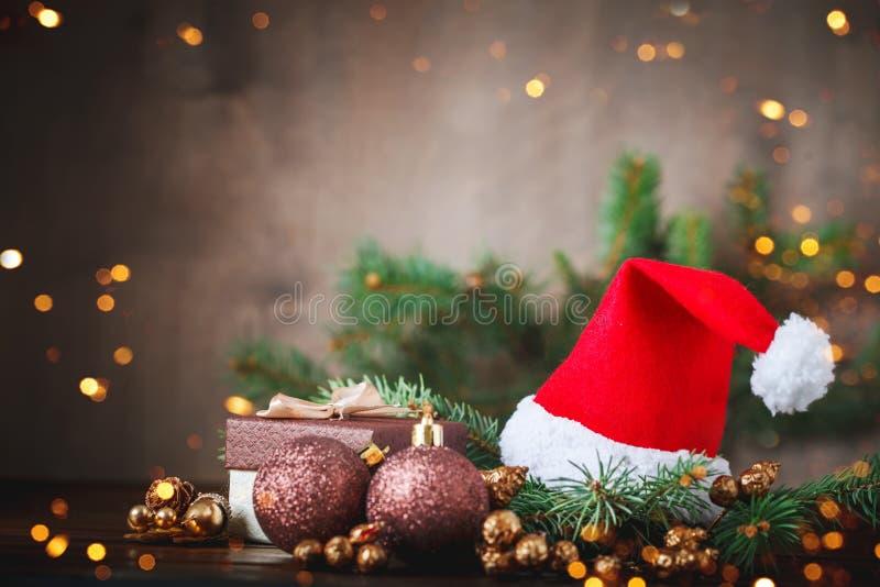 圣诞节冬天背景、用冷杉分支装饰的桌和装饰 新年好 快活的圣诞节 免版税库存照片