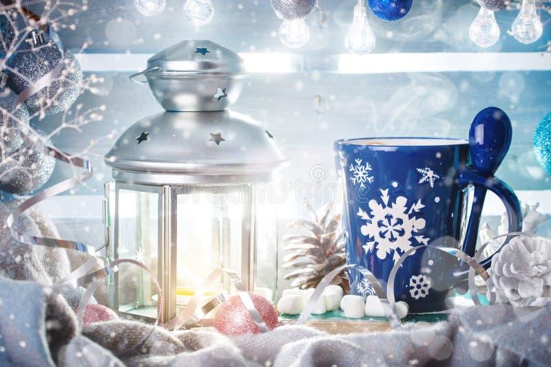 圣诞节冬天静物画、圣诞节装饰可可粉和蜡烛 新年好 快活的圣诞节 库存图片