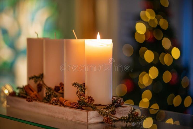 圣诞节出现季节的装饰蜡烛四个蜡烛燃烧 库存照片