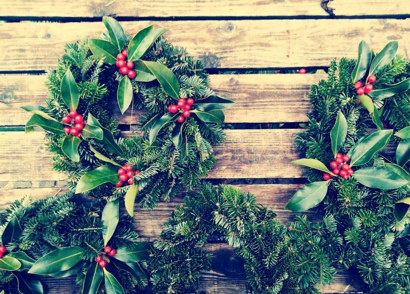 圣诞节加冠在老木背景的构成 杉木和月桂树分支-葡萄酒减速火箭的圣诞节概念顶视图  免版税库存照片