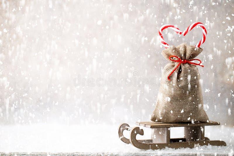 圣诞节加尔省 与粗麻布的礼物袋子 r 库存图片