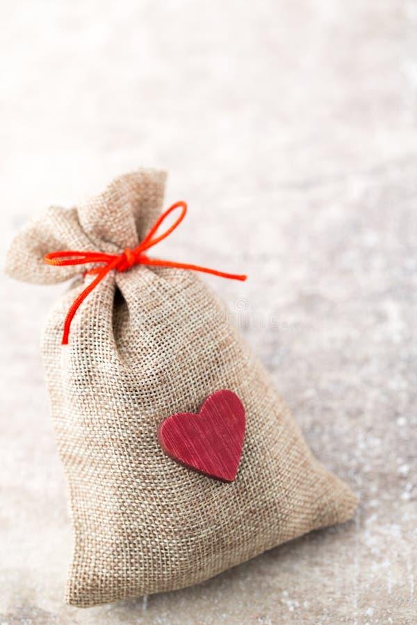 圣诞节加尔省 与粗麻布的礼物袋子 圣诞节装饰装饰新家庭想法 图库摄影