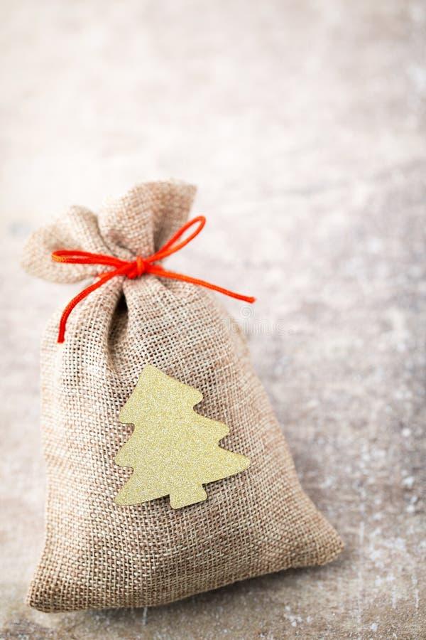 圣诞节加尔省 与粗麻布的礼物袋子 圣诞节装饰装饰新家庭想法 库存照片