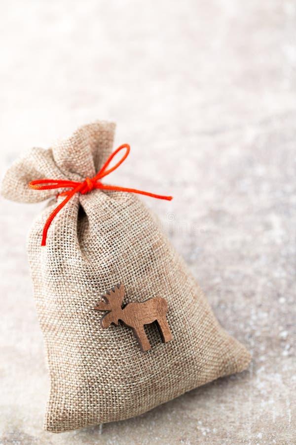 圣诞节加尔省 与粗麻布的礼物袋子 圣诞节装饰装饰新家庭想法 免版税图库摄影