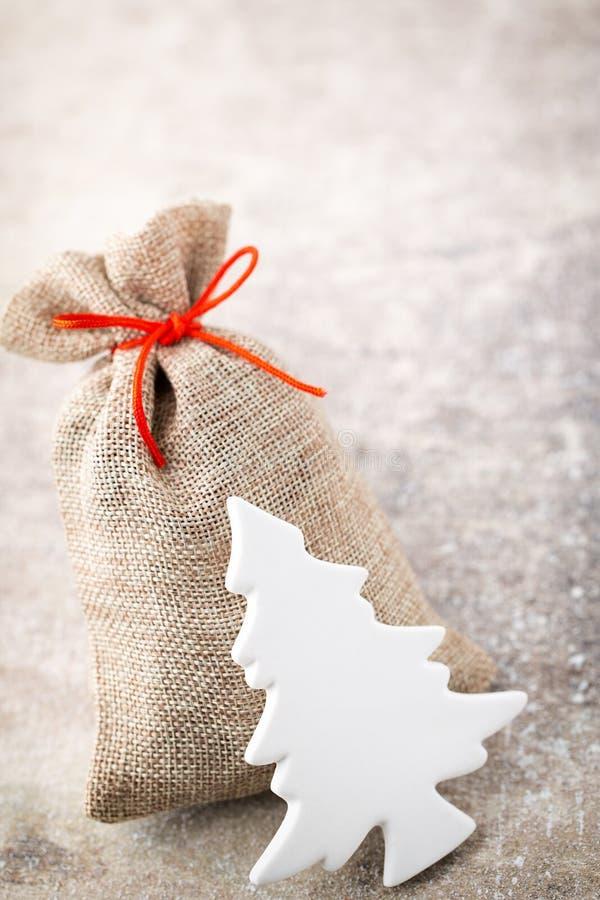 圣诞节加尔省 与粗麻布的礼物袋子 圣诞节装饰装饰新家庭想法 免版税库存图片