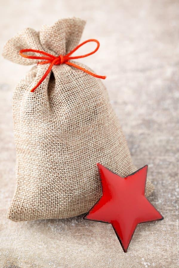 圣诞节加尔省 与粗麻布的礼物袋子 圣诞节装饰装饰新家庭想法 免版税库存照片