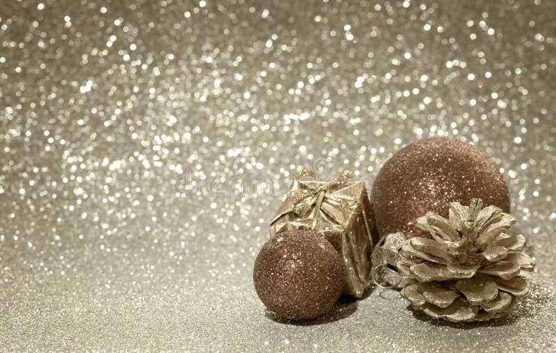 圣诞节发光的背景,两个球,被定调子的乌贼属 图库摄影
