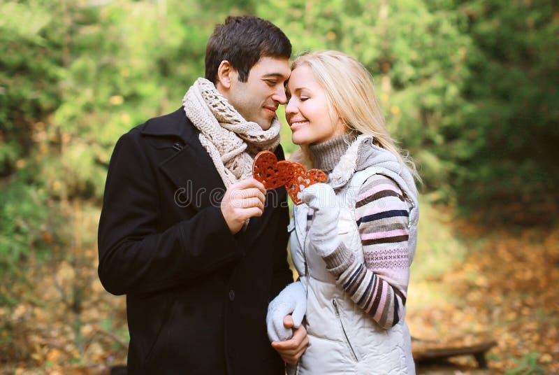 圣诞节和人概念-在爱的愉快的相当年轻夫妇 免版税库存照片