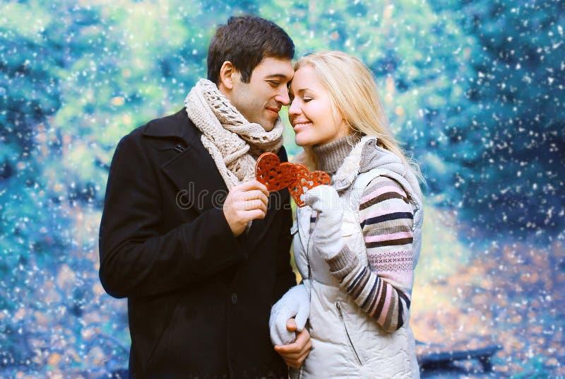 圣诞节和人概念-在爱的愉快的相当年轻夫妇 库存照片