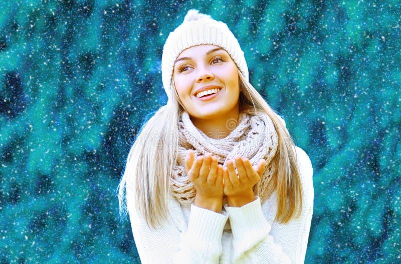 圣诞节和人概念-愉快的俏丽的微笑的女孩 免版税库存图片