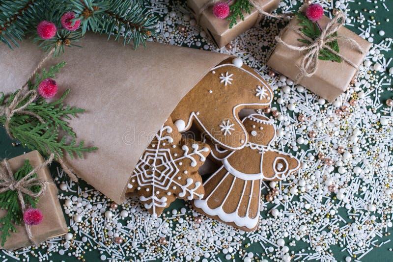 圣诞节和假日烘烤 与装饰的姜曲奇饼 库存照片