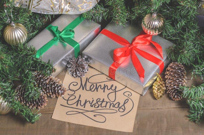 圣诞节和新年、礼物、玩具、装饰、冷杉和圣诞节问候 免版税库存照片