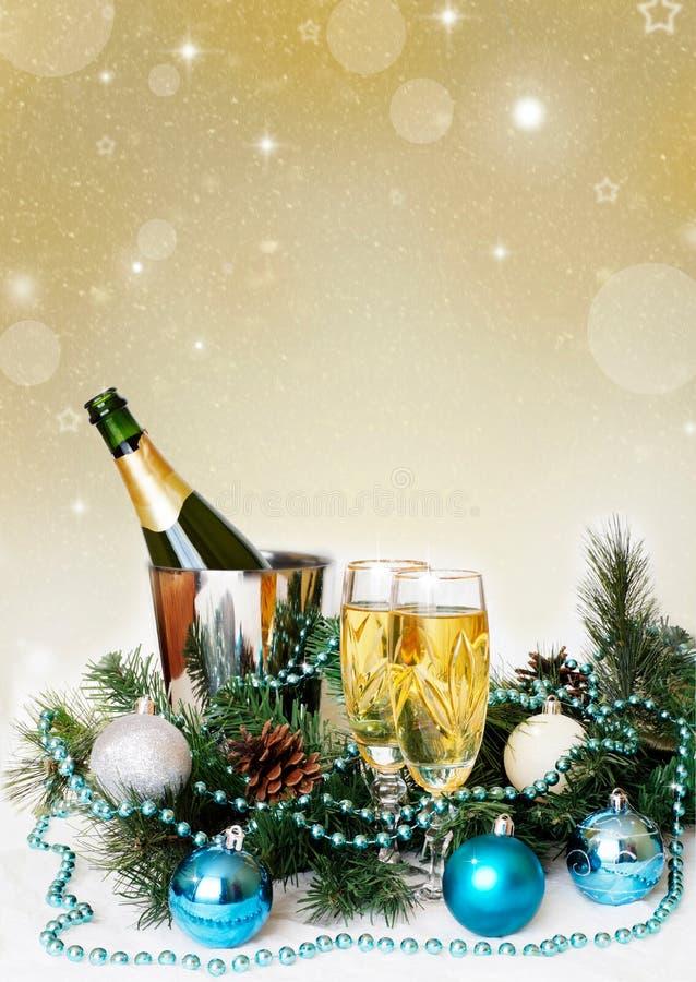 圣诞节和新年假日制表设置用香槟 庆祝 被点燃的背景电灯泡色的装饰诗歌选节假日光 装饰 免版税库存图片