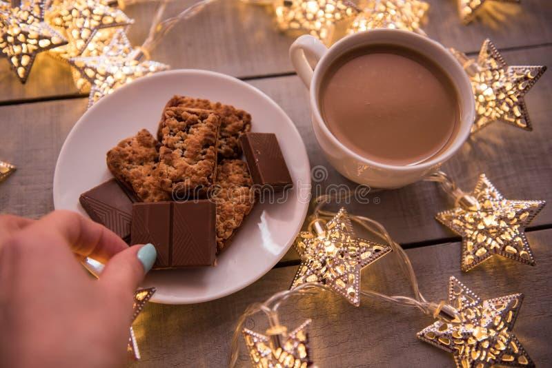 圣诞节和新年假日庆祝概念背景 咖啡、自创巧克力曲奇饼和花生饼干, lighte 免版税图库摄影