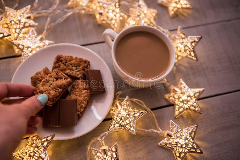 圣诞节和新年假日庆祝概念背景 咖啡、自创巧克力曲奇饼和花生饼干, lighte 免版税库存图片