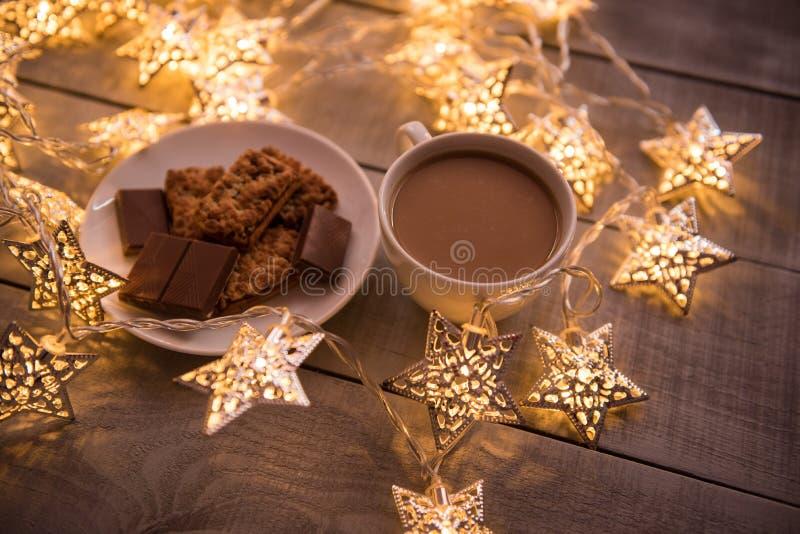 圣诞节和新年假日庆祝概念背景 咖啡、自创巧克力曲奇饼和花生饼干, lighte 图库摄影