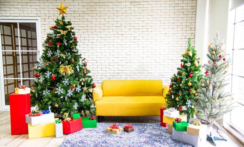圣诞节和新年假日概念 圣诞树装饰,礼盒盖 库存图片