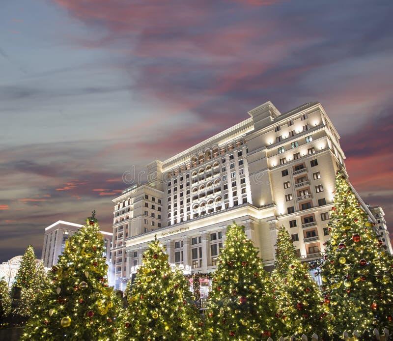圣诞节和新年假日照明和四季酒店莫斯科在晚上 俄国 免版税库存照片