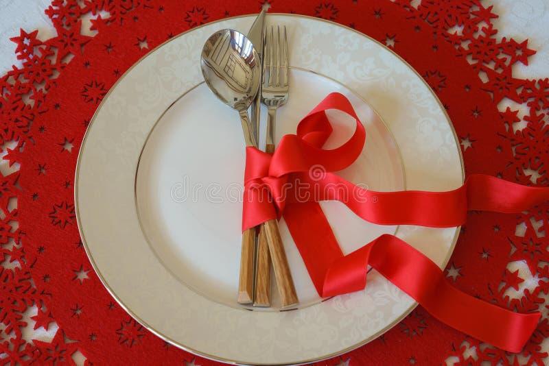 圣诞节和新年假日表餐位餐具 顶视图,红色羊毛和白色背景 寒假概念 免版税库存照片
