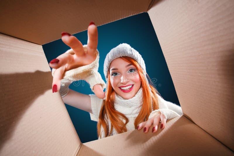 圣诞节和新年假日 愉快的在冬天背景的妇女开放礼物盒与光 免版税库存照片