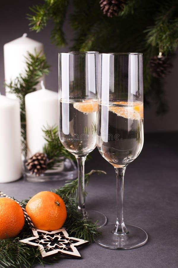 圣诞节和新年庆祝用香槟 新年假日装饰的桌 图库摄影