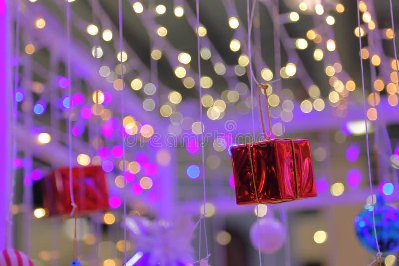 圣诞节和新年庆祝礼物的红色当前箱子与拷贝空间 库存图片