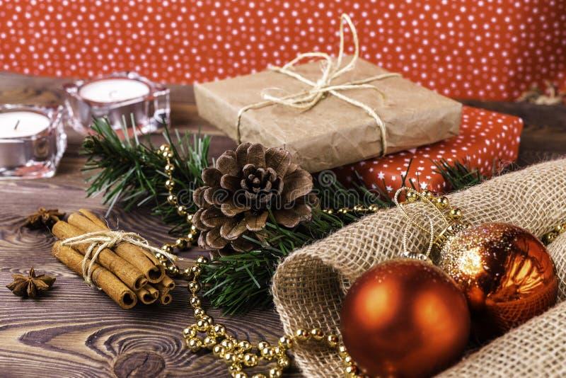 圣诞节和新年度背景 在卡拉服特和色纸包裹的圣诞节礼物,装饰在一张木桌上 库存照片