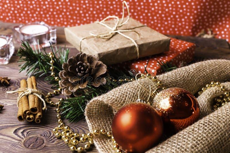 圣诞节和新年度背景 在卡拉服特和色纸包裹的圣诞节礼物,装饰在一张木桌上 免版税库存照片