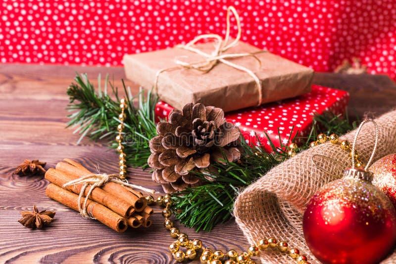 圣诞节和新年度背景 在卡拉服特和色纸包裹的圣诞节礼物,装饰在一张木桌上 免版税库存图片