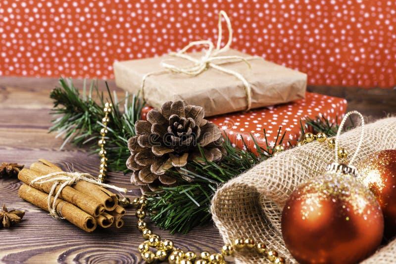 圣诞节和新年度背景 在卡拉服特和色纸包裹的圣诞节礼物,装饰在一张木桌上 图库摄影
