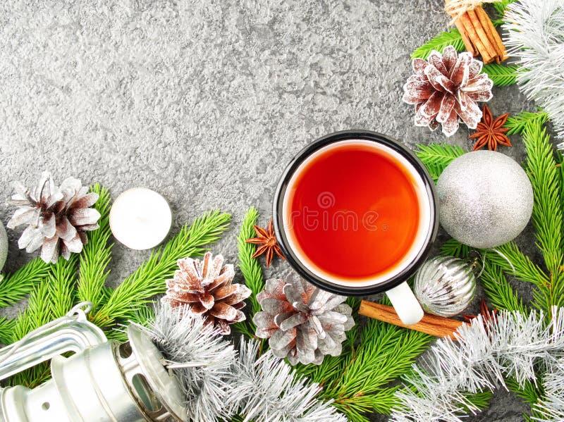 圣诞节和新年快乐背景用茶 顶视图,拷贝空间,军用窗框 冷杉分支,银色混凝土 免版税库存照片