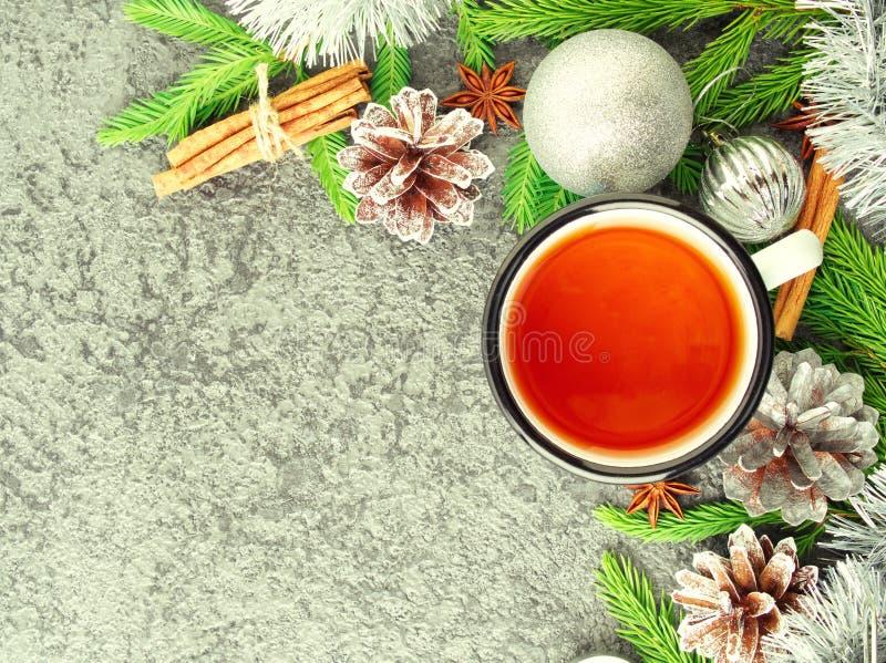 圣诞节和新年快乐背景用茶 顶视图,拷贝空间 冷杉分支,银色混凝土 库存图片