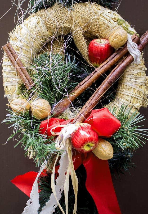 圣诞节和新年装饰秸杆花圈 贺卡的寒假背景 免版税库存照片