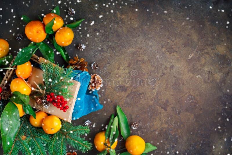 圣诞节和新年` s构成用新鲜的蜜桔、新年快乐和圣诞快乐 选择聚焦 免版税库存图片